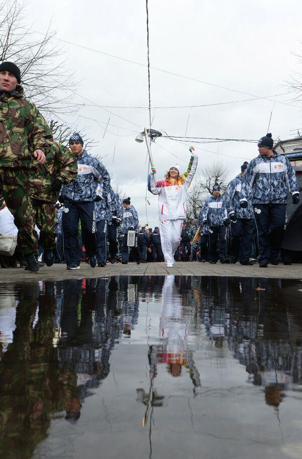 Факелоносец во время Эстафеты олимпийского огня в Ярославле