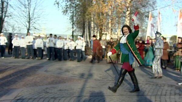 Петр I и Екатерина Великая встретили олимпийский огонь в Петрозаводске