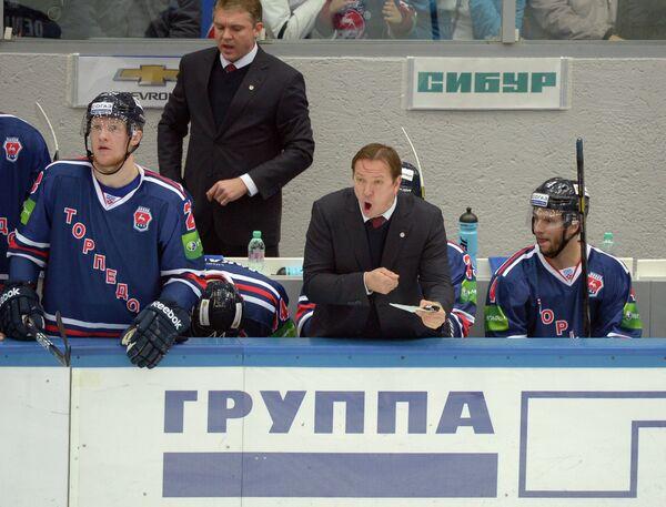 Главный тренер Торпедо Петерис Скудра (в центре)