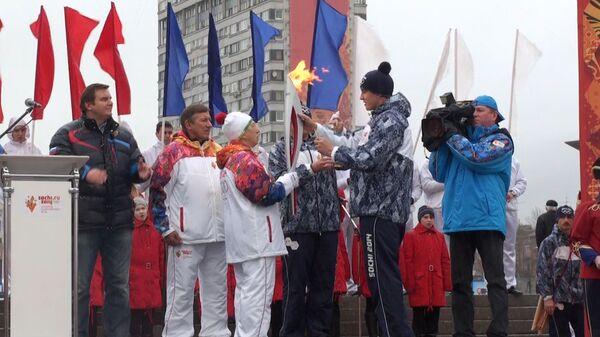 Жители Петербурга встретили эстафету огня ОИ-2014 под проливным дождем