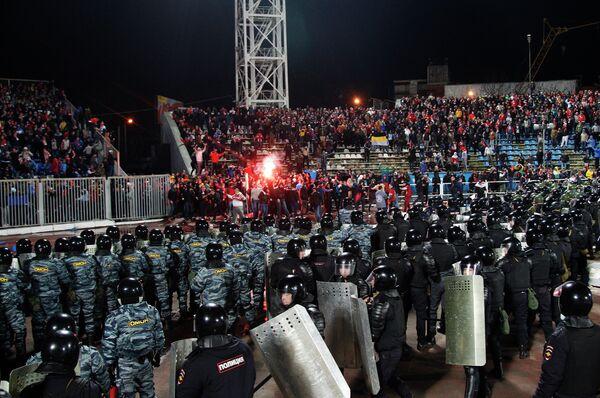 Сотрудники правоохранительных органов обеспечивают безопасность на стадионе