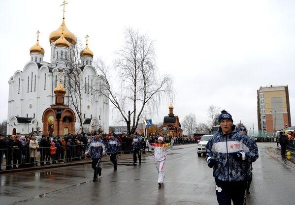 Заслуженный мастер спорта России по лыжным гонкам Наталья Смирнова во время эстафеты олимпийского огня в Сыктывкаре