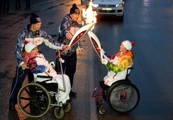 Факелоносцы во время эстафеты олимпийского огня в Сыктывкаре