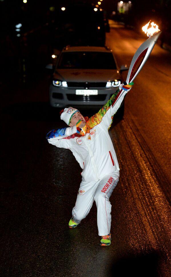 Вице-президент Федерации лыжных гонок России Георгий Кадыков во время эстафеты олимпийского огня в Сыктывкаре
