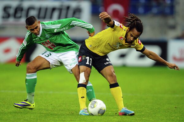 Защитник Сент-Этьена Фаузи Гулам и нападающий Сошо Рой Конту (слева направо)