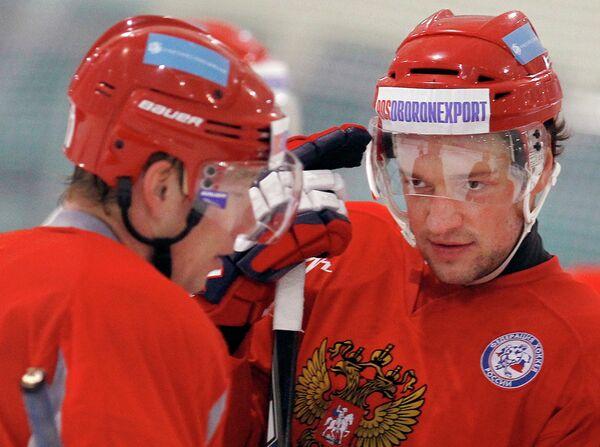 Илья Никулин (справа)