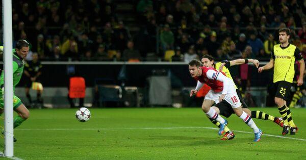 Аарон Рэмси забивает мяч в ворота Боруссии из Дотрмунда