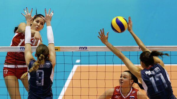 Игровой момент матча женского Всемирного кубка чемпионов среди женщин между сборными России и США