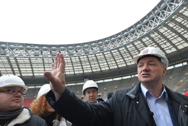 Заместитель мэра Москвы по вопросам градостроительной политики и строительства Марат Хуснуллин (справа) на стадионе Лужники