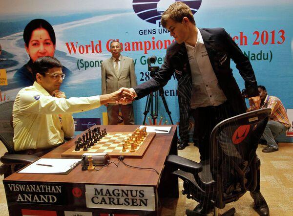 Магнус Карлсен (справа) жмет руку Вишванатану Ананду перед началом финальной партии