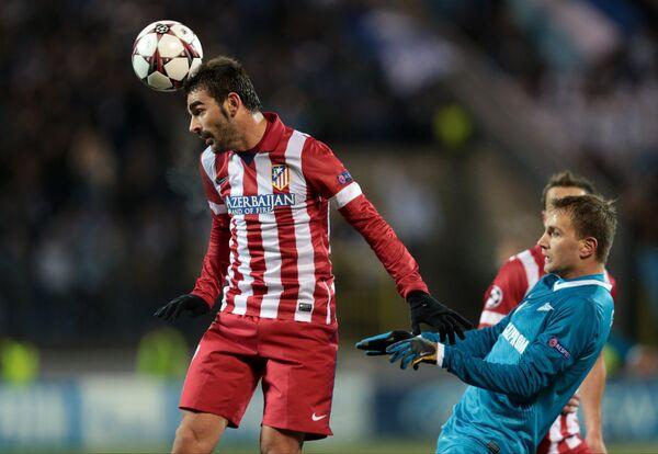 Нападающий Атлетико Адриан Лопес (слева)