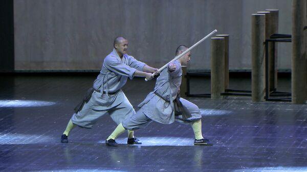 Монахи Шаолиня ломали палки друг о друга во время шоу в Москве