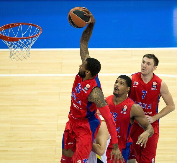Баскетболисты ЦСКА Сонни Уимз, Кайл Хайнс и Виталий Фридзон (слева направо)