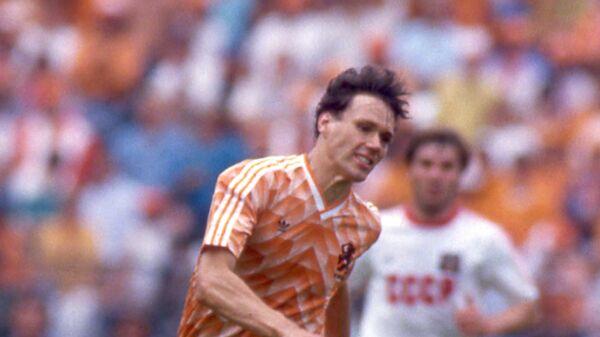 Нападающий сборной Нидерландов Марко Ван Бастен (в центре) во время финального матча чемпионата Европы по футболу против сборной СССР