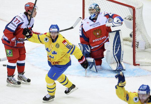 Евгений Рясенский (Россия), Линус Класен (Швеция) и вратарь Александр Еременко (слева направо)