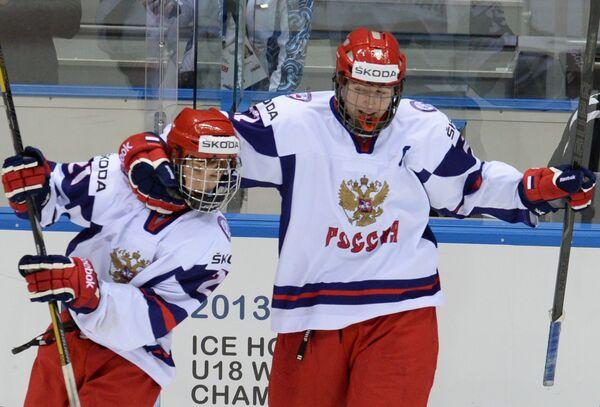 Хоккеисты сборной России Владимир Ткачев (слева) и Иван Барбашев