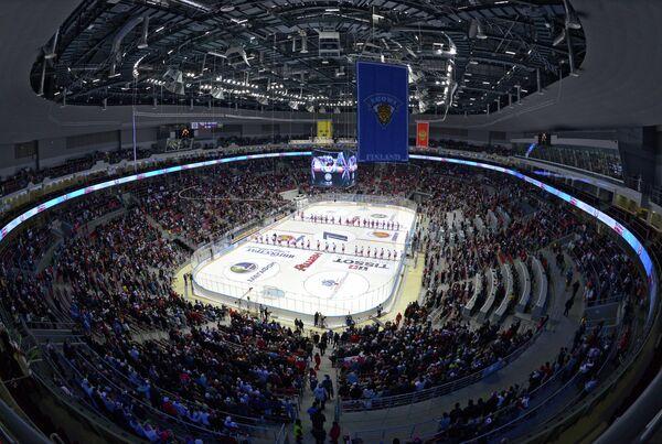 Болельщики и игроки во время исполнения гимна перед началом матча Кубка Первого канала между сборными командами России и Чехии