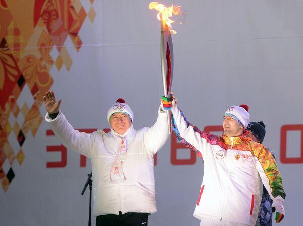 Губернатор Самарской области Николай Меркушкин (слева) и факелоносец Тагир Хайбулаев