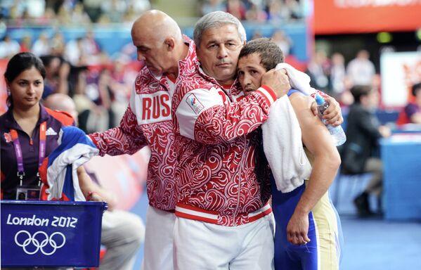 Россиянин Бесик Кудухов (справа)