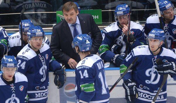 Олег Знарок (в центре)