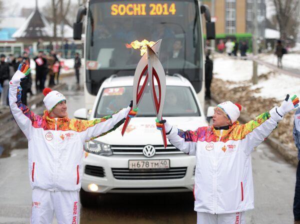 Факелоносцы Валерий Борчин и Наталья Боброва во время эстафеты олимпийского огня в Саранске