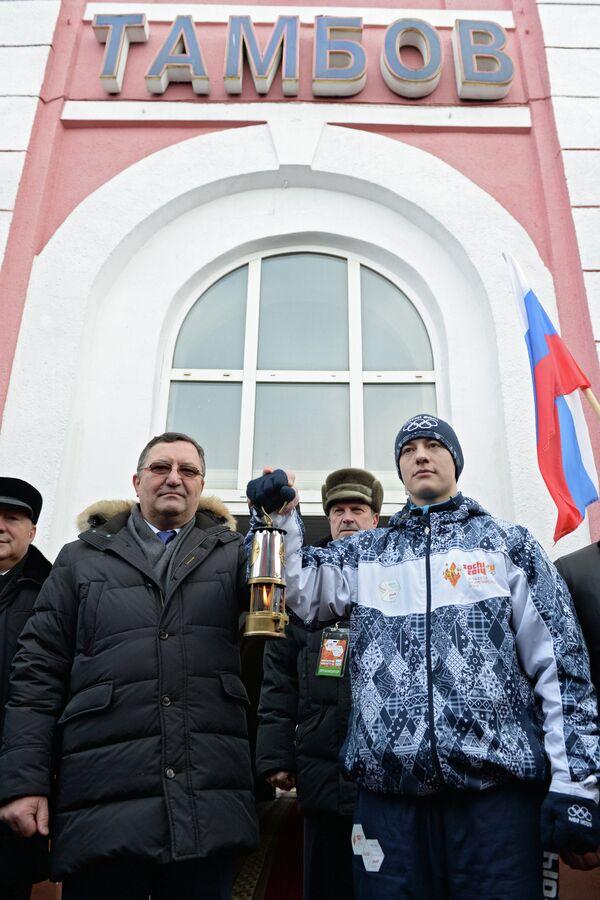 Олег Бетин (слева) во время встречи Олимпийского огня