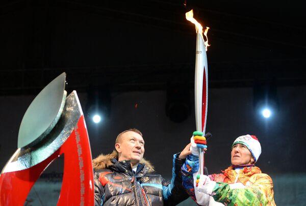 Заслуженный мастер спорта по лыжным гонкам, чемпионка ХХ зимних Олимпийских игр 2006 года Лариса Куркина и губернатор Брянской области Николай Денин