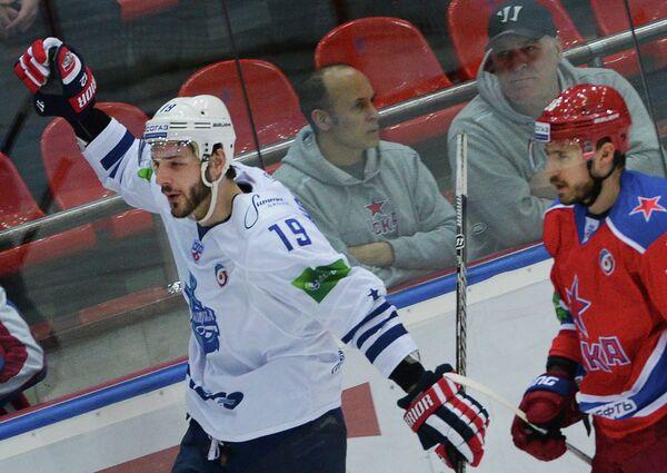 Хоккеист владивостокского Адмирала Джастин Ходжмен (слева)