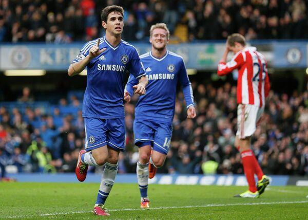 Полузащитник Челси Оскар (крайний слева) радуется забитому мячу в ворота Стока