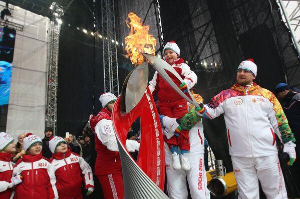 Рамзан Кадыров с детьми зажигают чашу олимпийского огня в Грозном.