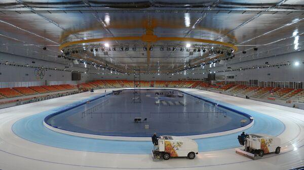 Подготовка льда на конькобежном стадионе Адлер-Арена