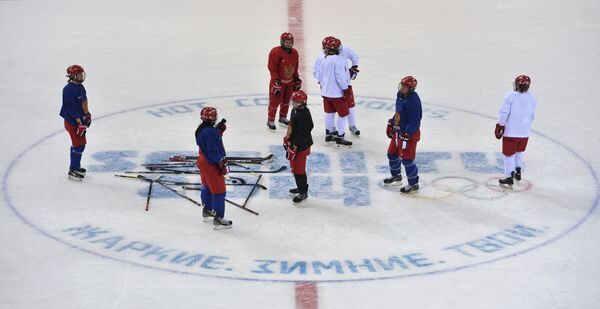 Игроки женской сборной России по хоккею на тренировке
