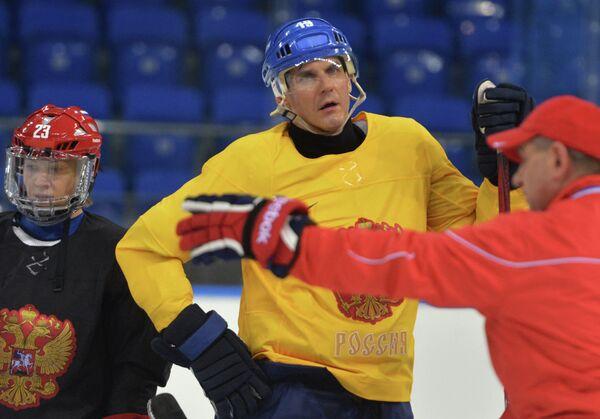 Татьяна Бурина (Россия) и генеральный менеджер женской сборной России по хоккею Алексей Яшин