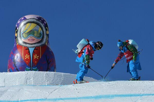 Подготовка трассы экстрим-парка Роза Хутор к тренировке национальных сборных по сноуборду