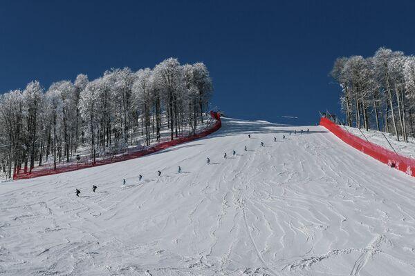 Подготовка трассы скоростного спуска на горнолыжных склонах Роза Хутор