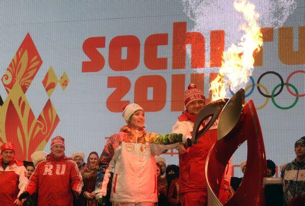 Ирина Караваева и Александр Ткачев во время церемонии зажжения чаши олимпийского огня в Краснодаре