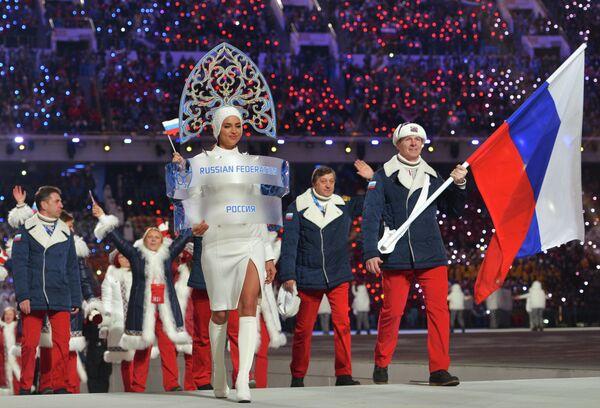 Спортсмены сборной России во время парада атлетов на церемонии открытия Олимпийских игр 2014 года