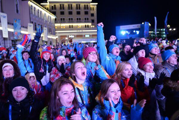 Зрители смотрят трансляцию церемонии открытия в прямом эфире на площади Роза Хутор