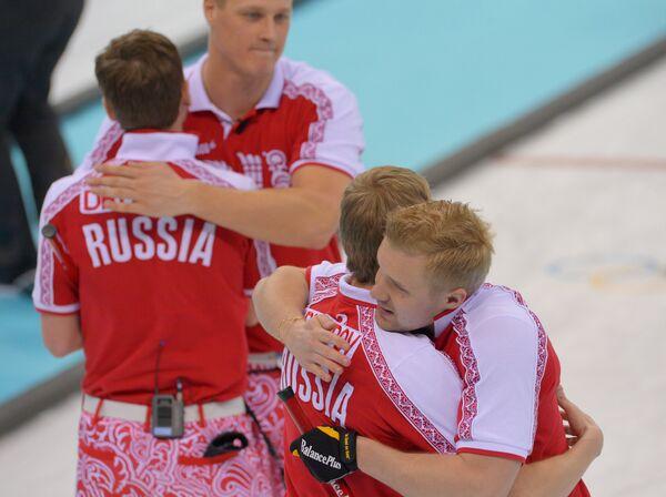 Российские керлингисты радуются победе в матче кругового турнира между сборными командами России и США