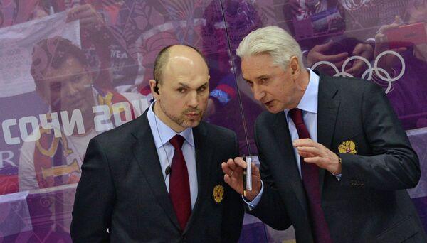 Тренерский штаб сборной России по хоккею Дмитрий Юшкевич и главный тренер Зинэтула Билялетдинов (слева направо) наблюдает за ходом игры против словацкой команды