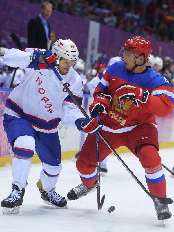 Защитник норвежцев Уле-Кристиан Толлефсен (Норвегия) и нападающий российской сборной Николай Кулемин (слева направо)