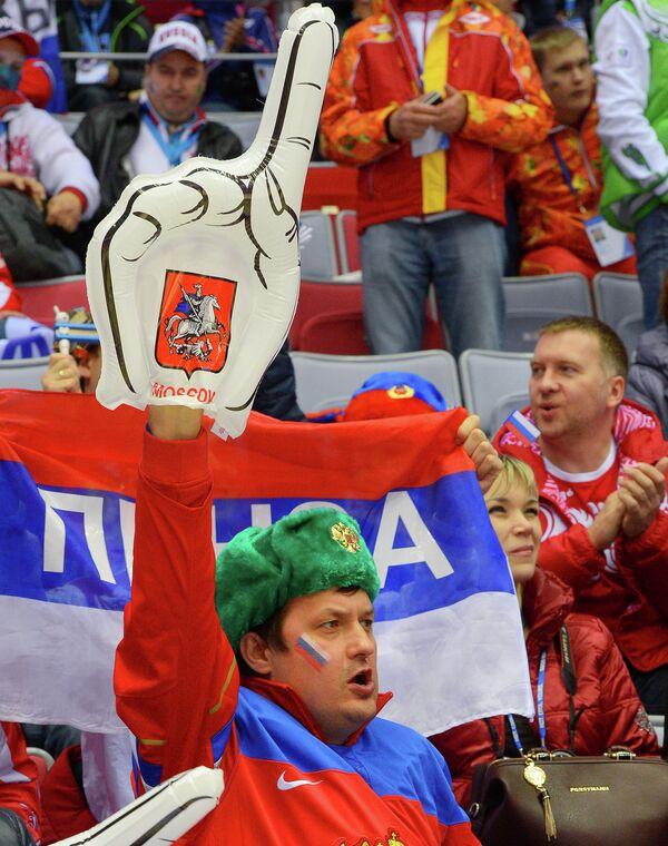 Болельщик сборной России перед началом матча с финнами