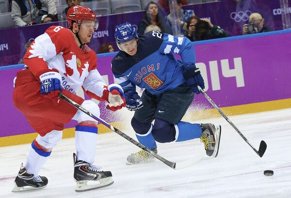 Защитник российской сборной Никита Никитин и форвард сборной Финляндии Петри Контиола (слева направо)