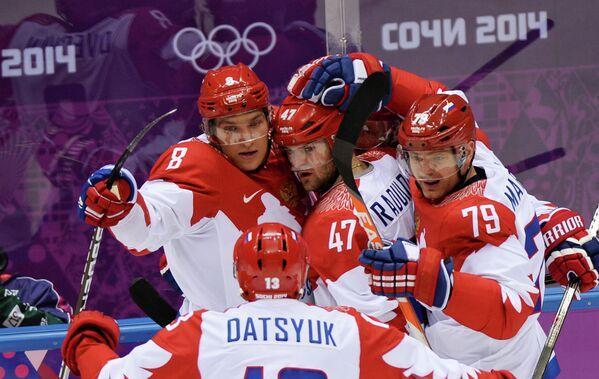 Хоккеисты сборной России Александр Овечкин, Павел Дацюк, Александр Радулов и Андрей Марков (слева направо) радуются забитому голу
