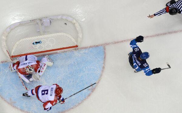 Форвард финской сборной Юхаматти Аалтонен (крайний справа) радуется заброшенной шайбе в ворота сборной России