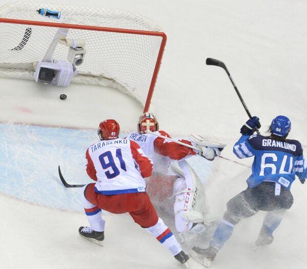 Российский голкипер Семен Варламов пропускает шайбу в свои ворота