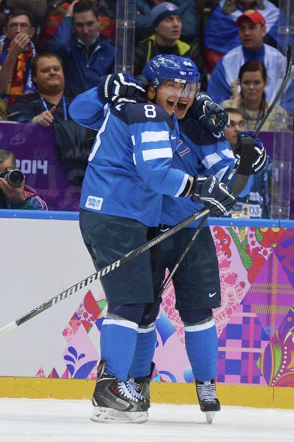 Хоккеисты сборной Финляндии Теему Селянне и Микаэль Гранлунд радуются забитому голу