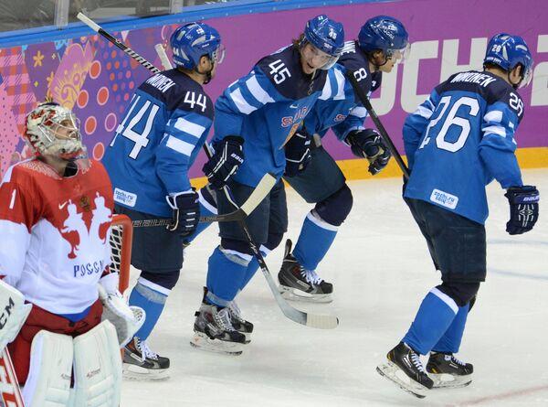 Хоккеисты сборной Финляндии Киммо Тимонен, Сами Ватанен, Теему Селянне и Яркко Иммонен  радуются заброшенной шайбе в ворота россиян