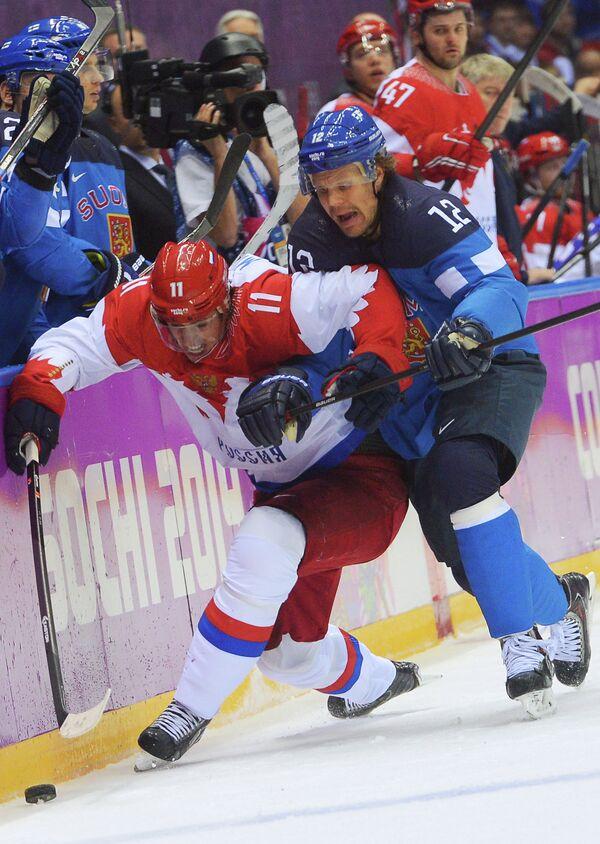 Российский нападающий Евгений Малкин и форвард сборной Финляндии Олли Йокинен (слева направо)