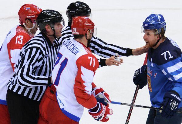 Лео Комаров (Финляндия) и Илья Ковальчук (Россия) в четвертьфинальном матче между сборными командами Финляндии и России